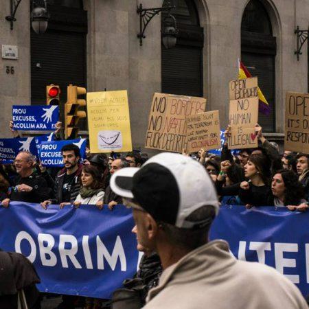 Mieszkanki i mieszkańcy Barcelony zapraszają uchodźców i naciskają na władze
